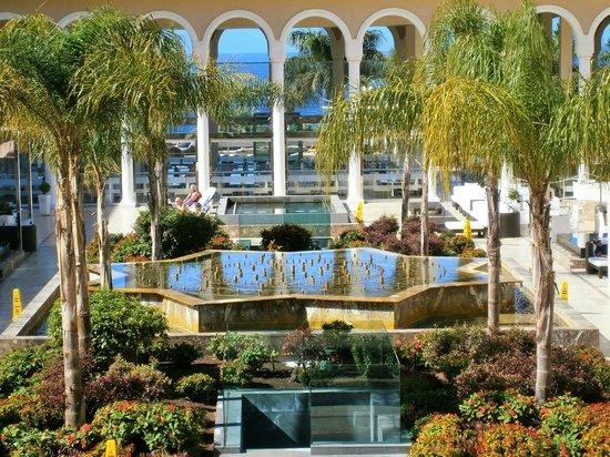 Gran Melia Palacio de Isora Resort & Spa: Zona de desayuno detrás de la fuente