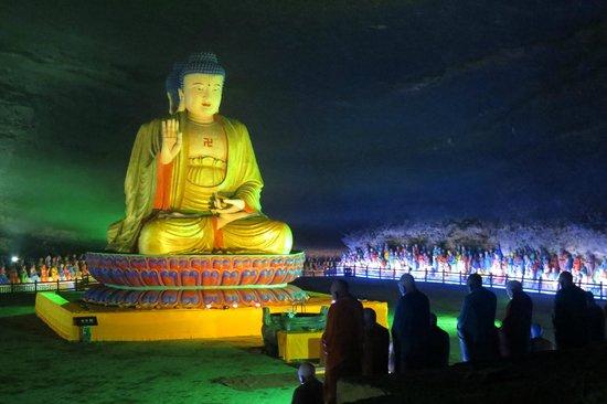 Simian Mountain: The Buddha cave at Jinfoshan
