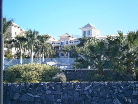 Gran Melia Palacio de Isora Resort & Spa: El hotel desde el paseo maritimo