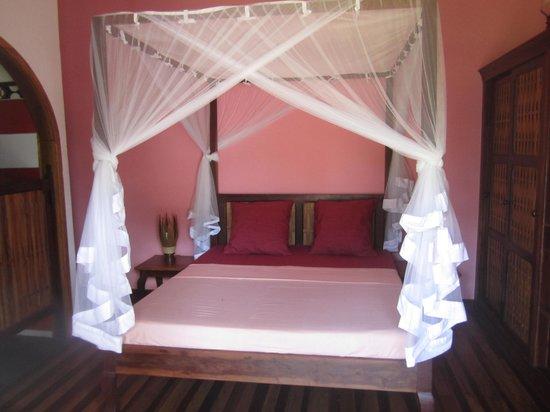 La Petite Perle: une chambre, grand lit , clim , coffre, salle de bain