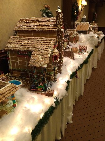 Grand Cascades Lodge: Display of gingerbread houses