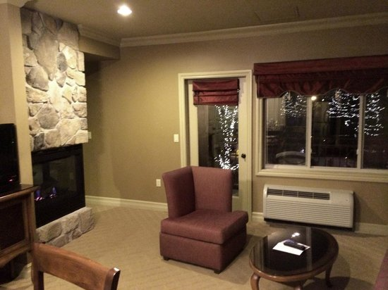 Grand Cascades Lodge: Living area in room
