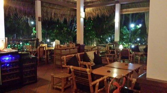 Tropical Mini-Golf : Stoliki w barze w nocy