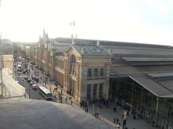 Ibis Styles Hôtel Paris Gare du Nord TGV : Vista do quarto, com a Gare do Nord em destaque