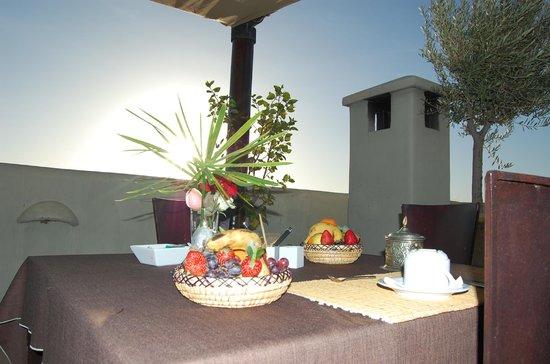 Riad Charlott' : Petit déjeuner sur le toit du Riad