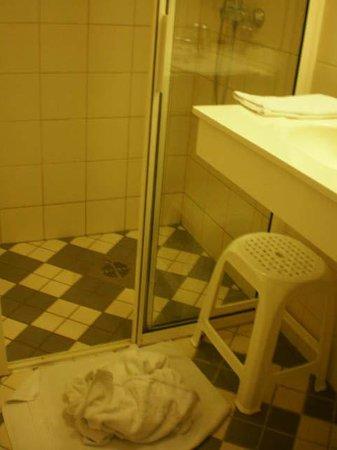 Baltic Hotel Vana Wiru: el baño con las toallas en el suelo, tal como lo había dejado