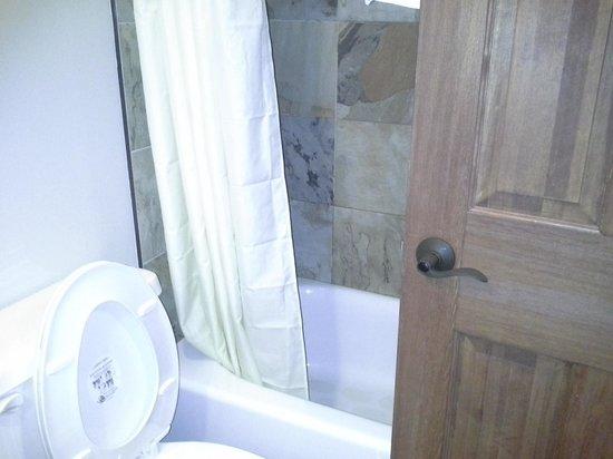 Black Bear Lodge: cramped bath