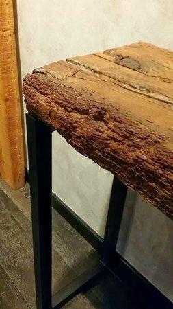 Aparthotel Arai: Détail du mobilier (poutre en bois vermoulu)