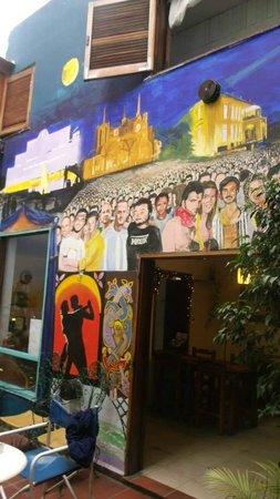Tango Hostel : Parede do pátio