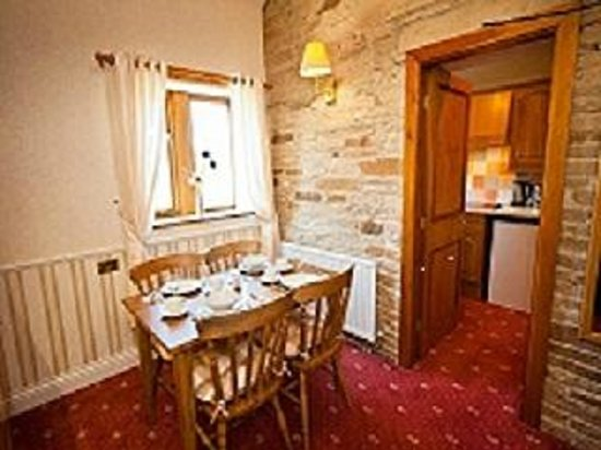 Leeming Wells Guest Accomodation: Suite Dining Room