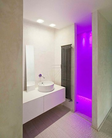 Truly Verona: bathroom