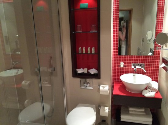 Hotel Indigo London-Paddington: Large bathroom and great shower.