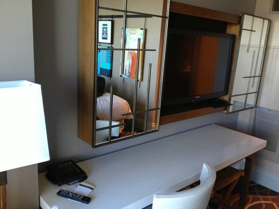 Omni Dallas Hotel: Desk in Room - no convenient outlets
