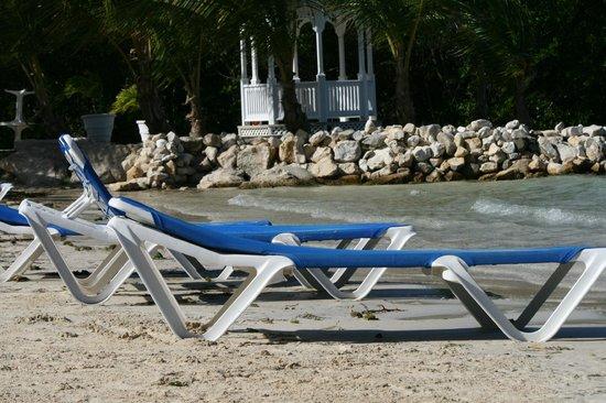 The Verandah Resort & Spa: Deuxième plage, bar sur place