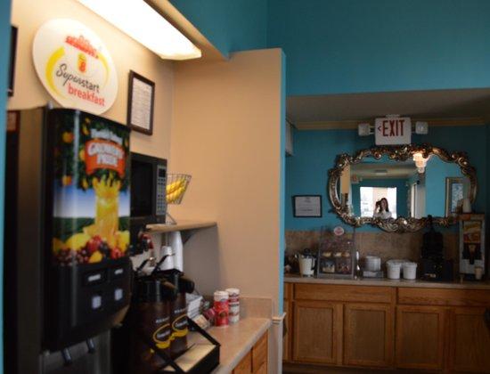 Super 8 Brunswick/South: Breakfast