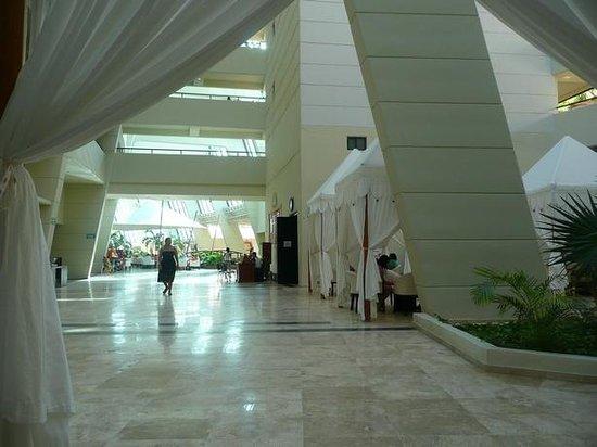 Crown Paradise Club Cancun : Hall lateral com tendas