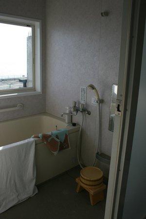 Umikaoru Yado Hotel New Matsumi: Bathroom (no window curtain or Shower Holder)
