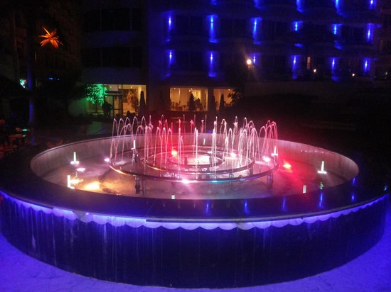 Hurghada SeaGull Beach Resort: Fountain beside of 3 swimming pools