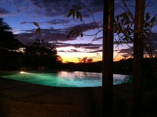 Panacea de la Montana Yoga Retreat & Spa: Pool at sunset