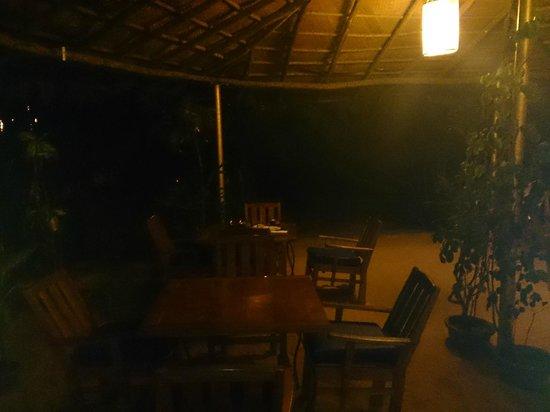 Raman Cottages: restaurant at night