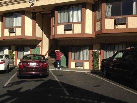 Tropicana Inn & Suites : вот такой отель - парковка вход - все рядом и бассейн!!