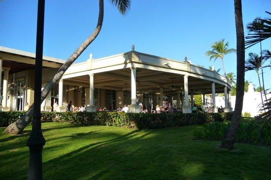 ClubHotel Riu Bambu : Buffet Colonial bruyant avec les enfants, allez sur le côté, mais pas à l'intérieur