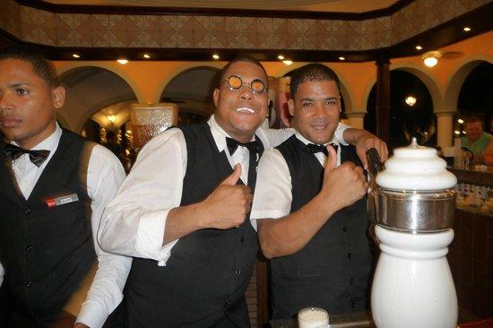 Hotel Riu Bambu: Luis est vraiment drole, on se fait complimenter tous les jours! Sex on the beach très bon!