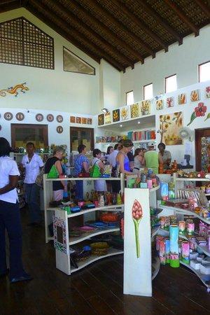 ClubHotel Riu Bambu: Chez Nicole, ça ne vaut pas vraiment la peine à part pour les beaux bijoux, pas très loin