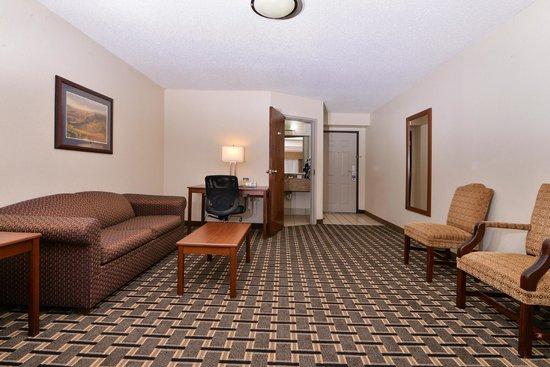 Best Western Statesville Inn: Suite SittingArea