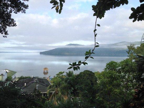 La Mansion del Pajaro Serpiente: View down to the lake