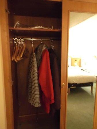 Britannia Hotel Coventry: Wardrobe door missing