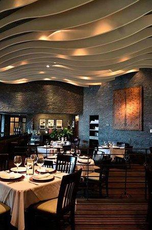 Savannah: Comedor acogedor con decoración vanguardista