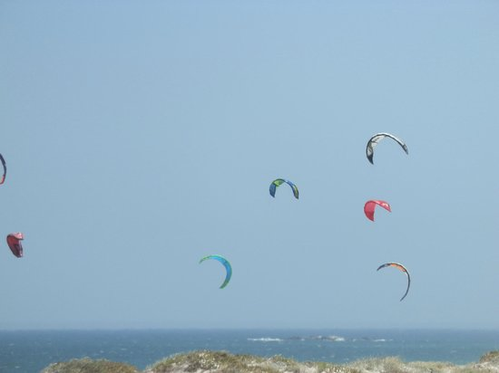 Blowfish Restaurant: View from the restaurant over the beach and kites