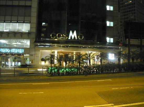 Cosmo Hotel Hong Kong: Cosmo - вид с улицы на вход