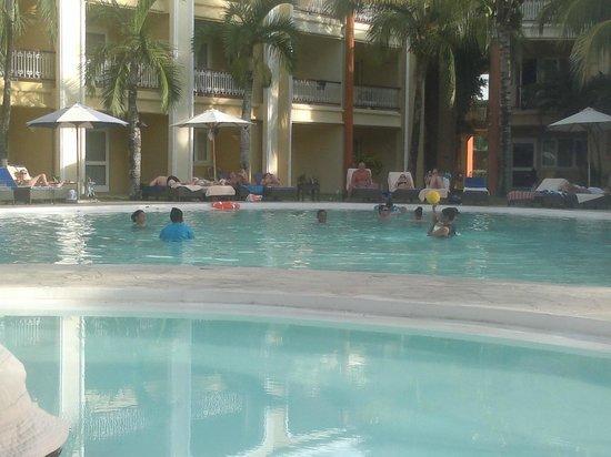 Tarisa Resort & Spa: Jeu de volley tout habillé dans la piscine