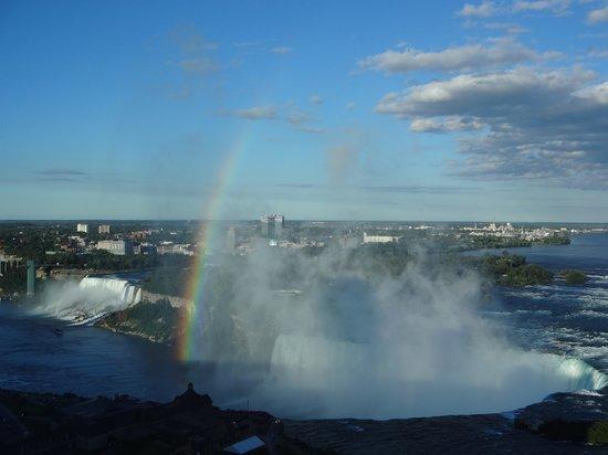 Niagara Falls Marriott on the Falls: 虹がかかった滝