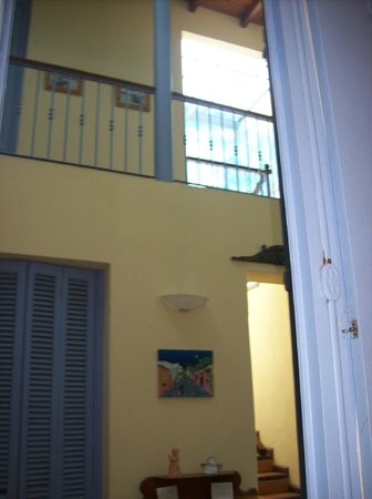 Posada del Angel: pasillo con habitaciones arriba y abajo