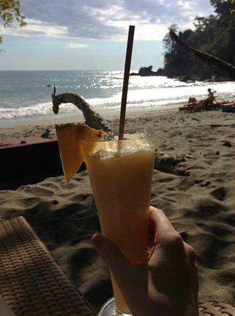 Arenas del Mar Beachfront & Rainforest Resort : Pina Coladas on Playa Playitas