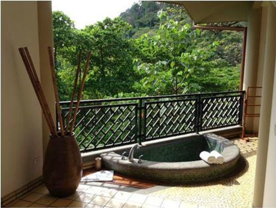 Arenas del Mar Beachfront & Rainforest Resort: Outdoor Tub