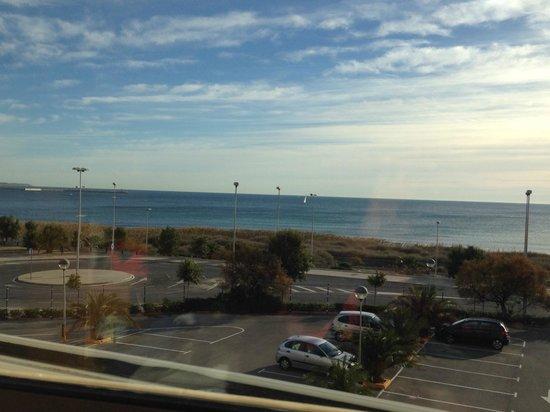 B&B Hotel Alicante: Sea view across parking
