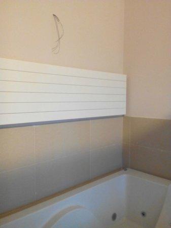La posada de Somo : Cable colgando encima de la bañera