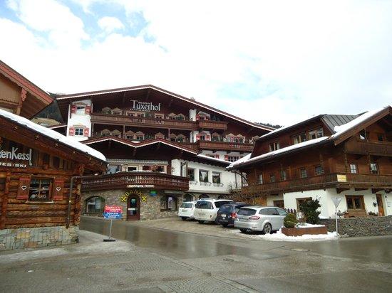 Hotel Alpin Spa Tuxerhof: Hotelansicht von der Hauptstrasse