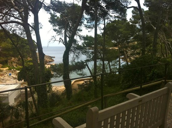 Restaurante Hostal Sa Rascassa: View from the bedrooms showing a path which leads you to another bay