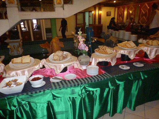 Aonang Ayodhaya Beach Resort: Table for desserts