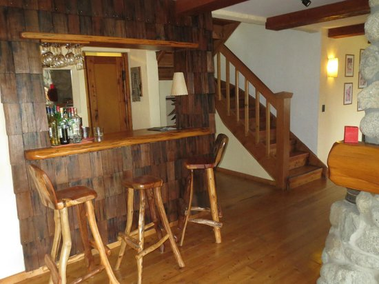 Rio Manso Lodge: BAR AREA & STEPS TO ROOMS