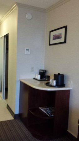 Holiday Inn Civic Center (San Francisco): Small stand with coffee maker and storage