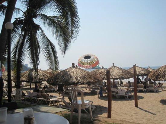 Holiday Inn Resort Ixtapa: Overlooking the beach areaa