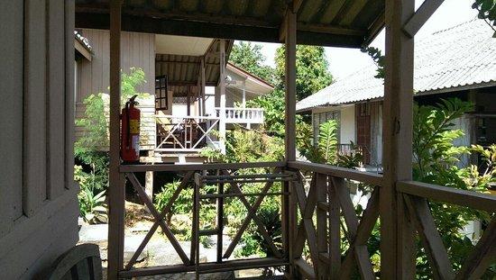 Amadeus Hotel: Von Veranda zu Veranda der Holz Bungalows am Hügel, herrlich am Morgen zum Sonnenaufgang und abe