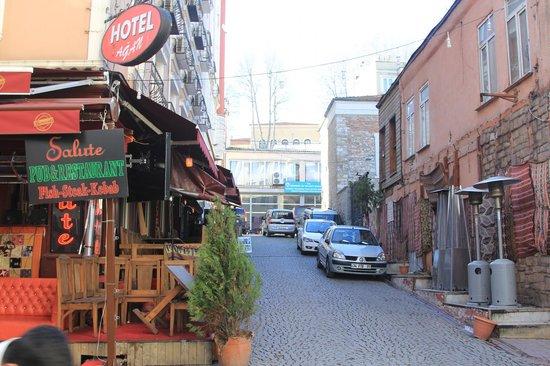 Hotel Agan: столики рестоана