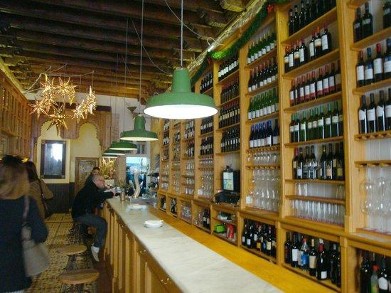El Almacen, Vinos y Tapas: Barra.